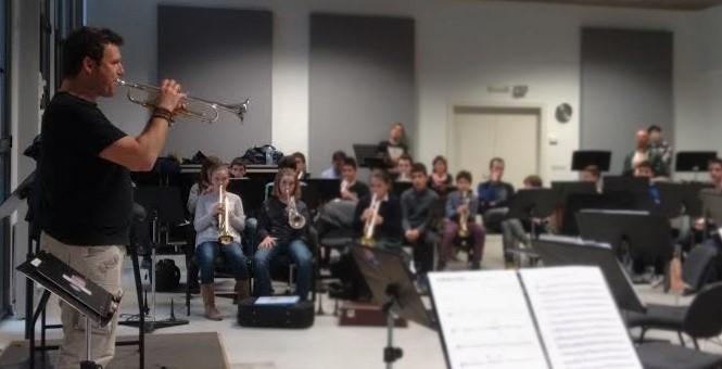 Un momento de la clase magistral del trompetista valenciano en la sede de 'La Pamplonesa'.